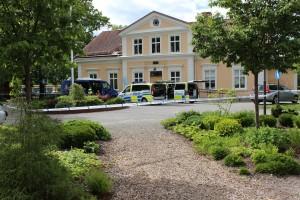 Polisen använder gårdsplanen vid Rothoffsvillan som centrum för instatsen.